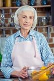 Femme supérieure dans le tablier Photo stock