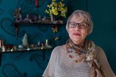 Femme supérieure de sourire dans la chambre colorée Photographie stock libre de droits