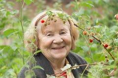 Femme supérieure de sourire dans le jardin Photographie stock