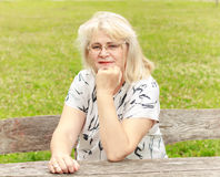 Femme supérieure de sourire en parc Image stock
