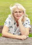 Femme supérieure de sourire en parc Photos stock