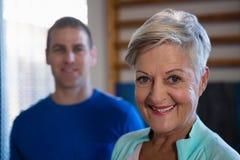Femme supérieure de sourire se tenant dans l'hôpital Photo libre de droits