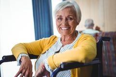 Femme supérieure de sourire sur un fauteuil roulant Photo libre de droits