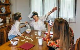 Femme supérieure employant des verres de réalité virtuelle Photo libre de droits