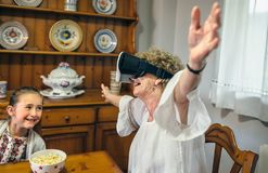 Femme supérieure employant des verres de réalité virtuelle Images stock