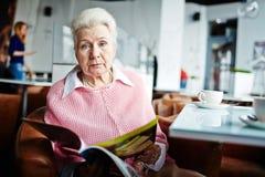 Femme supérieure en café Photographie stock libre de droits