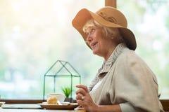 Femme supérieure en café Photos stock