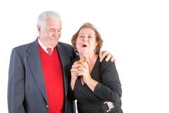 Femme supérieure enthousiaste recevant un cadeau de valentines Photo libre de droits