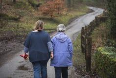 Femme supérieure et mûre marchant dehors Photographie stock libre de droits