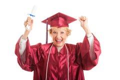 Femme supérieure excitée pour recevoir un diplôme photos stock