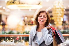 Femme supérieure faisant des achats de Noël Image libre de droits