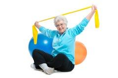 Femme supérieure faisant des exercices Image libre de droits