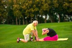 Femme supérieure faisant l'exercice physique Photo stock