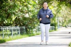Femme supérieure faisant le sport en parc Photos libres de droits