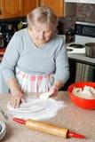 Femme supérieure faisant le tarte Photographie stock