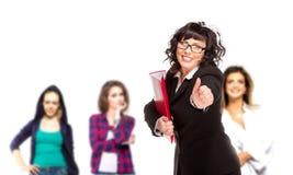Femme supérieure gaie d'affaires avec des amis derrière lui donnant le Th images libres de droits