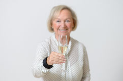 Femme supérieure grillant avec le champagne Photo libre de droits