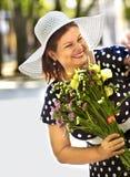 Femme supérieure heureuse avec la fleur. Image libre de droits