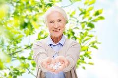 Femme supérieure heureuse avec la médecine à la maison Images libres de droits