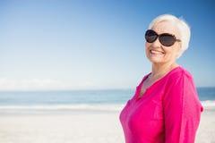 Femme supérieure heureuse avec le sourire de lunettes de soleil photographie stock
