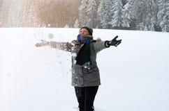 Femme supérieure heureuse jouant dans la neige Image libre de droits