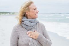 Femme supérieure heureuse regardant loin la plage Image stock