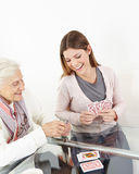 Femme supérieure jouant des cartes Photos stock
