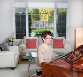 Femme supérieure jouant son piano avec bonheur Photos libres de droits