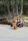 Femme supérieure mûre de mode élégante des vacances de plage d'été avec le chien Photo stock