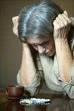 Femme supérieure malade avec des pilules Photos libres de droits