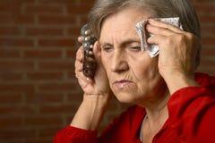 Femme supérieure malade avec des pilules Photo libre de droits