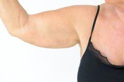 Femme supérieure montrant le bras mou, effet du vieillissement Photo libre de droits