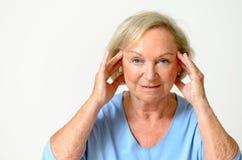 Femme supérieure montrant son visage, effet du vieillissement Photo libre de droits