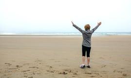 Femme supérieure observant la mer avec des mains  Photo libre de droits