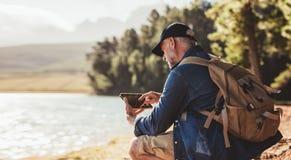 Femme supérieure obtenant des leçons kayaking d'un homme Photo stock