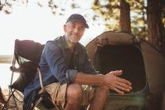 Femme supérieure obtenant des leçons kayaking d'un homme Photo libre de droits