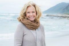 Femme supérieure occasionnelle de sourire détendant à la plage photos stock