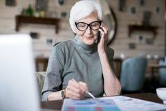 Femme supérieure occupée à l'aide du téléphone photographie stock libre de droits