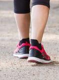 Femme supérieure pluse âgé marchant sur le sentier de randonnée, modes de vie sportifs dans la vieillesse Images libres de droits