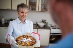 Femme supérieure préparant la nourriture douce Image stock
