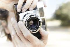 Femme supérieure prenant des photos avec l'appareil-photo de vintage Voyage Photo libre de droits