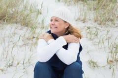 Femme supérieure regardant loin la plage Photos stock