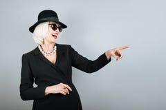 Femme supérieure riante se dirigeant sur quelque chose Image libre de droits