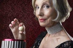 Femme supérieure riche avec la boîte à sucrerie Images libres de droits