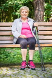 Femme supérieure se reposant après la marche nordique, modes de vie sportifs dans la vieillesse Photos libres de droits
