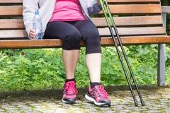 Femme supérieure se reposant après la marche nordique, modes de vie sportifs dans la vieillesse Image libre de droits
