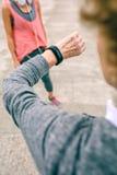 Femme supérieure semblant la montre intelligente avec l'entraîneur féminin Photos stock