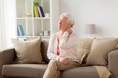 Femme supérieure souffrant de la douleur cervicale à la maison Photo libre de droits
