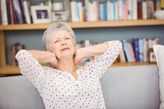 Femme supérieure souffrant de la douleur cervicale Image libre de droits