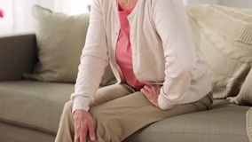 Femme supérieure souffrant de la douleur dans la jambe à la maison clips vidéos